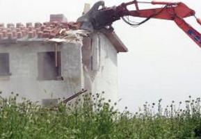 Stop alla demolizione degli edifici abusivi in Campania